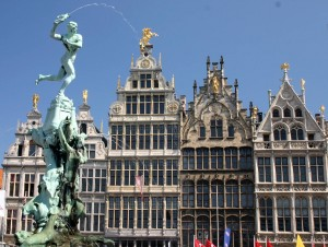 Brabo_Fountain_and_Grote_Markt,_main_square_of_Antwerp