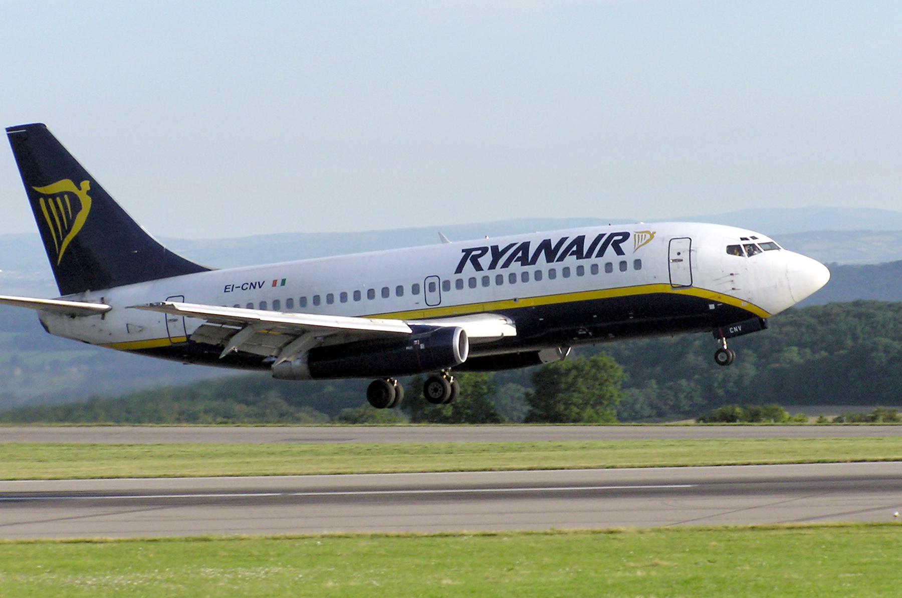 Ryanair.b737-200.ei-cnv.bristol.arp